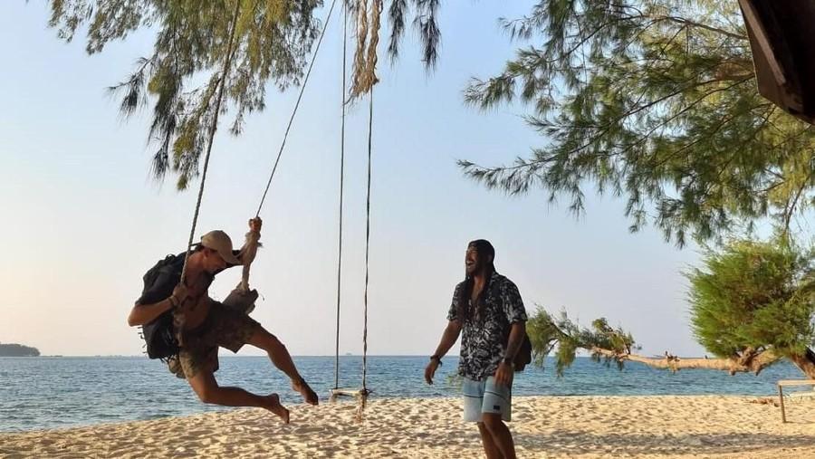 Sensasi Berenang Malam Hari di Kepulauan Seribu
