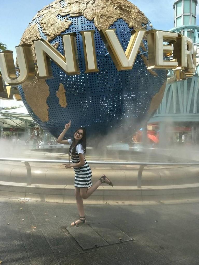 Nella Kharisma terlihat sedang berpose di kawasan Universal Studios, Singapore.