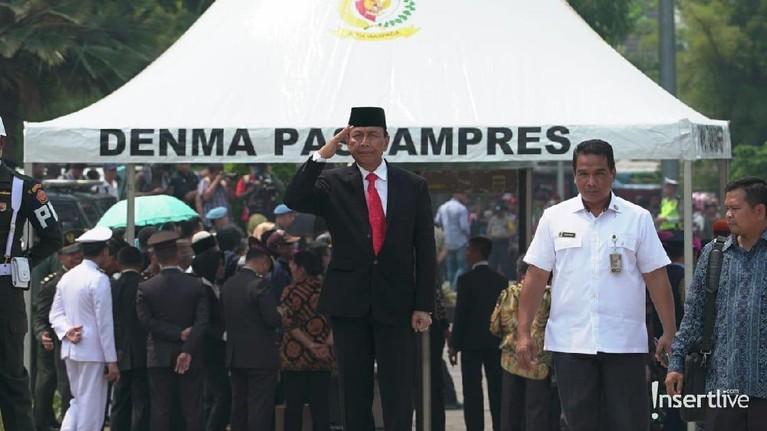 Menteri Koordinator Bidang Politik, Hukum, dan Keamanan, Wiranto tampak memberikan penghormatan terakhir untuk BJ Habibie.