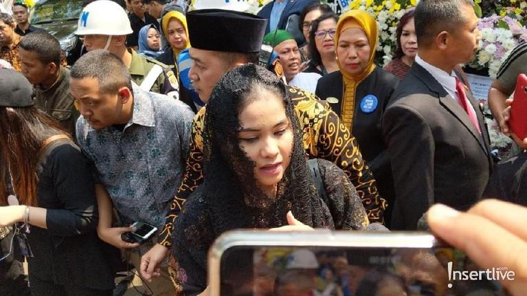 Istri dari Agus Yudhoyono, Annisa Pohan juga terlihat hadir di pemakaman BJ Habibie.