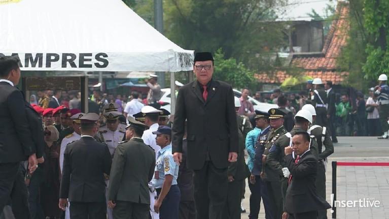 Menteri Dalam Negeri Indonesia, Tjahjo Kumolo juga menghadiri pemakaman BJ Habibie.