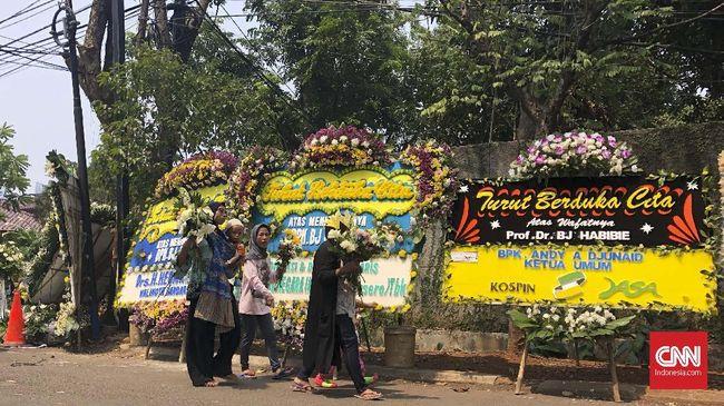Banyak alasan warga memetik bunga dari karangan duka cita di kediaman Habibie. Dari alasan mengenang, hingga keinginan untuk dipajang di rumah.