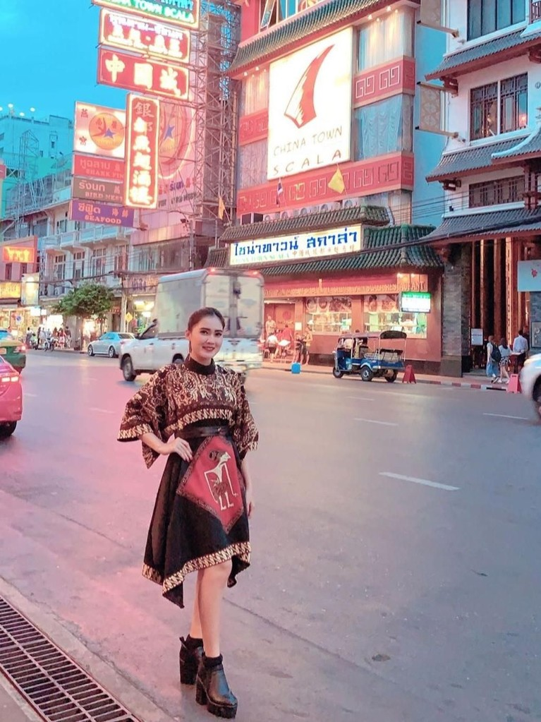 Nella Kharisma terlihat mengenakan gaun batik ketika jalan-jalan di China Town, Thailand.