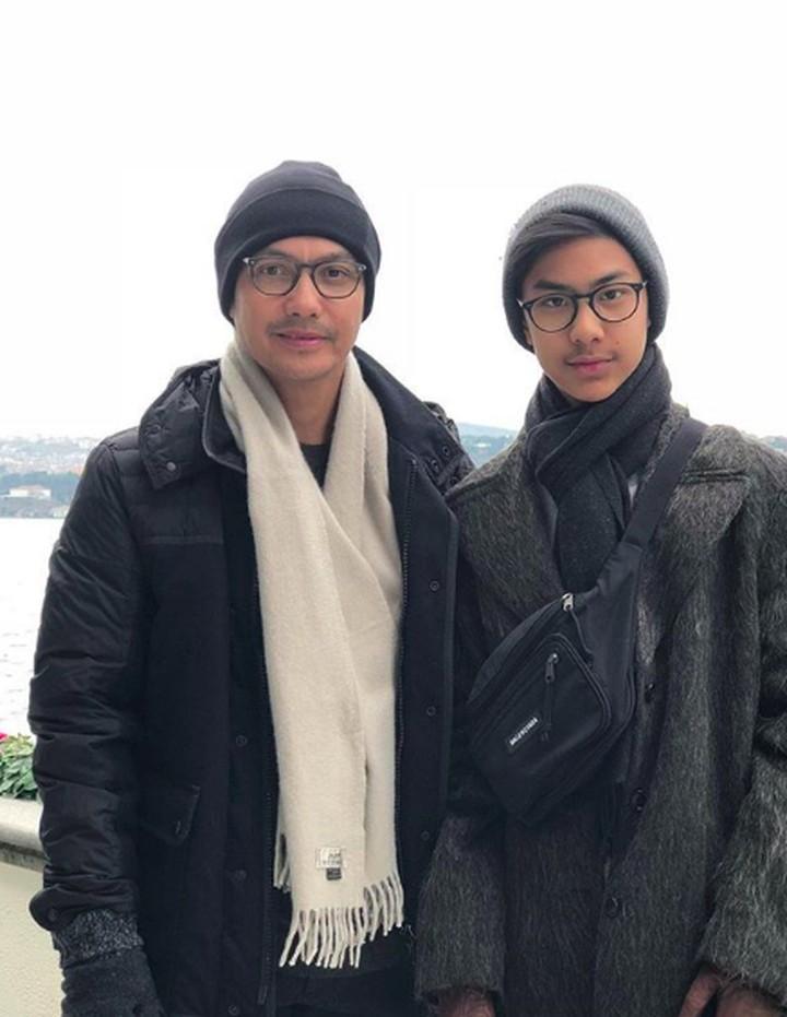 Intip tujuh potret aktor Gunawan dan putranya, Khayru. Keduanya terlihat seperti kakak adik.