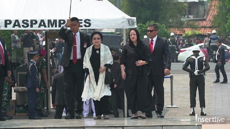 Selain Presiden Joko Widodo yang memimpin upacara pemakaman BJ Habibie, sederet mantan pemimpin negara juga turut memberikan penghormatan terakhirnya.