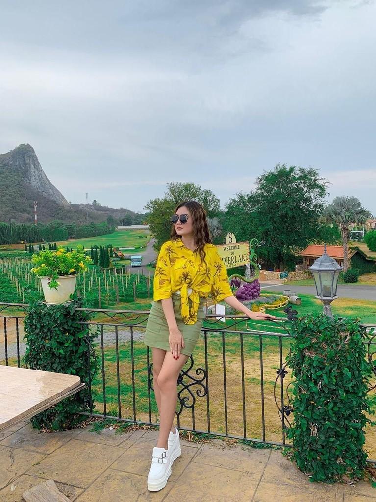 Penampilan Nella Kharisma ketika berlibur di Silverlake Vineyard, Thailand.
