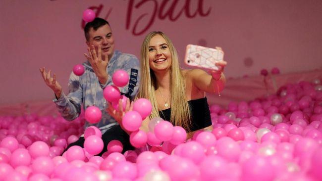 Setelah ramai di Asia dan Amerika, pameran selfie mulai hadir di London. Peminatnya didominasi kaum millennial.