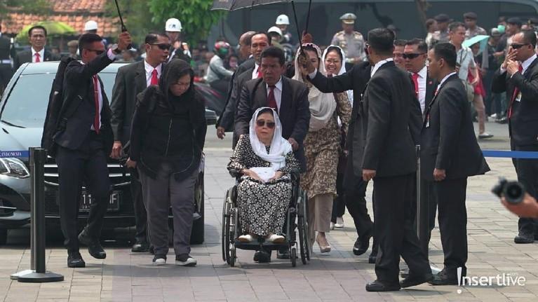 Anak mantan Presiden Indonesia Abdurrahman Wahid, Yenny Wahid juga terlihat hadir di pemakaman BJ Haibibe.