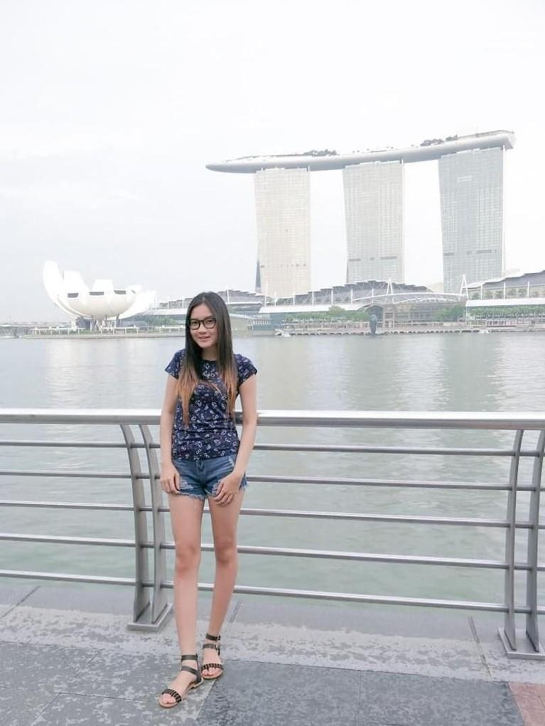 Ini adalah gaya Nella Kharisma ketika sedang berlibur dan foto di Marina Bay Sand, Singapore.