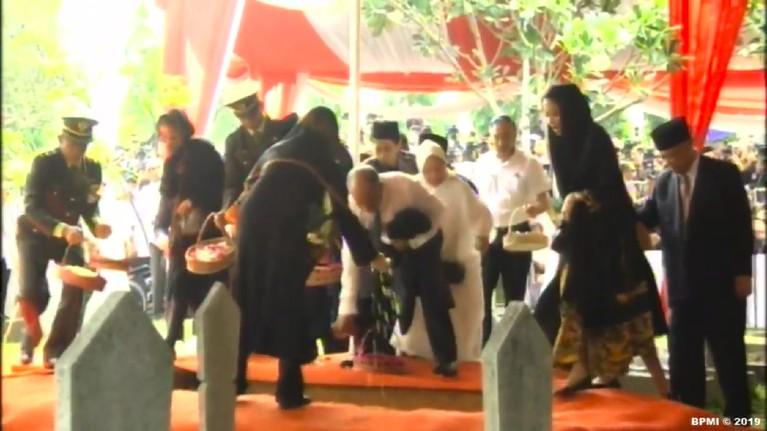Presiden Ketiga Republik Indonesia, BJ Habibie dimakamkan di Taman Makam Pahlawan, Jakarta Selatan, Kamis (12/9).