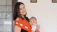 Beberapa kali di foto unggahannya, Fitria Ayu tampak lebih nyaman menggunakan baby carrier untuk membawa bayinya. (Foto: Instagram @fitriaayuu)
