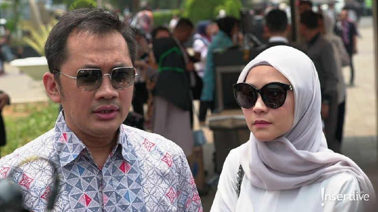 Hanung Bramantyo yang menggarap film Habibie & Ainun, hadir bersama sang istri Zaskia Adya Mecca di pamakaman BJ Habibie.