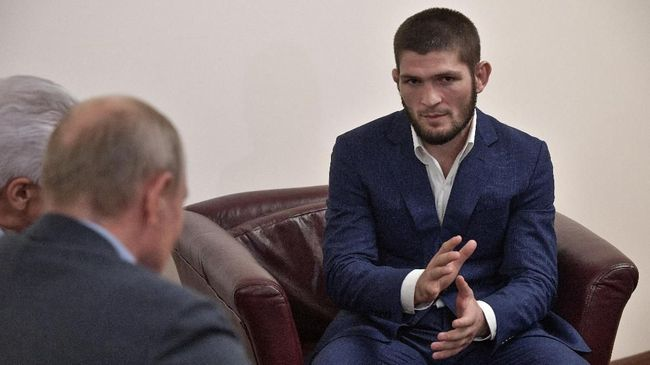 Russian President Vladimir Putin (L) speaks with Ultimate Fighting Championship (UFC) lightweight titleholder Khabib Nurmagomedov (R) during their meeting in Makhachkala on September 12, 2019. (Photo by Alexey NIKOLSKY / Sputnik / AFP)