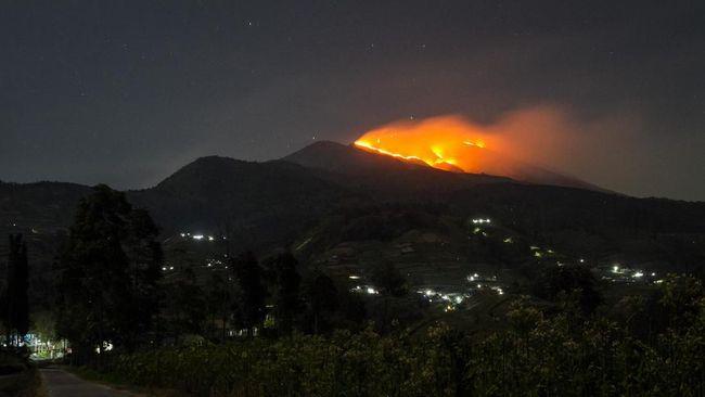Kebakaran hutan dan lahan (karhutla) terjadi sejak sore hari di kawasan perbukitan Gunung Lagadar, Kecamatan Margaasih, Kabupaten Bandung, Minggu (22/9).