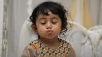 Bikin gemas ya wajah mungil Shakila ini. (Foto: Instagram @shakilaazzahrakurniawan)<span class=