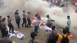 VIDEO: Massa Pendukung Revisi UU KPK Bentrok dengan Polisi