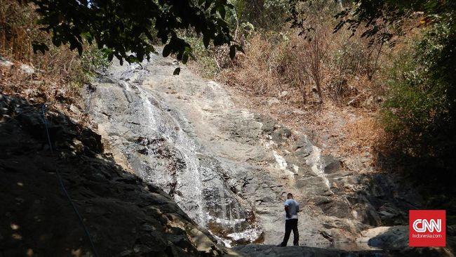 Jika mau sabar mengikuti rute yang diarahkan peta digital, sebenarnya ada banyak air terjun yang bisa dikunjungi di Karawang Selatan.