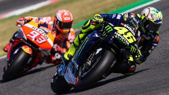 Monster Energy Yamaha Italian rider, Valentino Rossi (R) and Repsol Honda Team Spanish rider, Marc Marquez steer their motorbikes during the Q2 qualifying session ahead of the San Marino MotoGP Grand Prix race at the Misano World Circuit Marco Simoncelli on September 14, 2019. (Photo by Marco Bertorello / AFP)