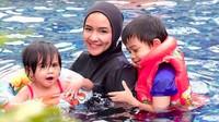 <p>Menemani anak pertama dan kedua berenang. Kedua anaknya, Alrazi dan Saliha menggemaskan ya, Bun? (Foto: Instagram @intan_nuraini)</p>