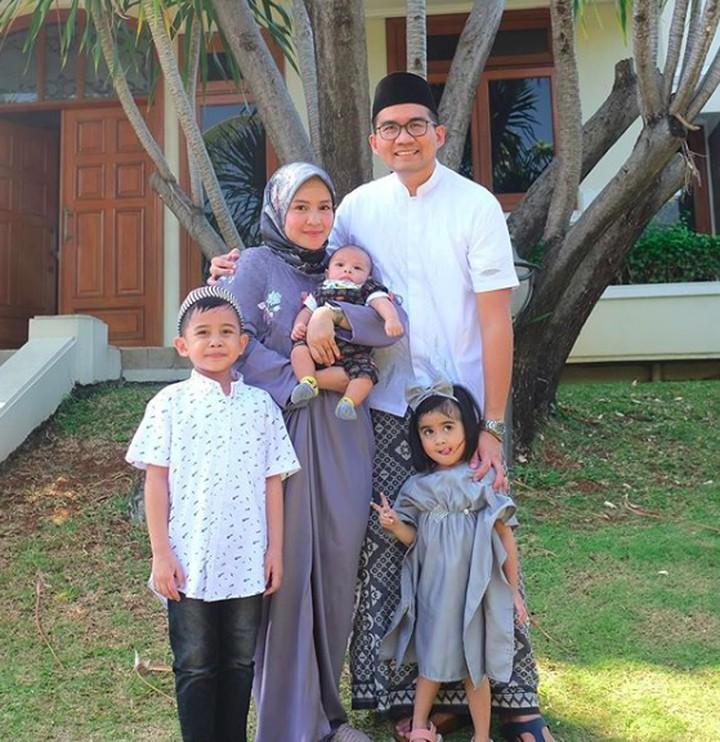 Intip yuk momen hangat aktris Intan Nuraini bersama suami dan anak dalam bingkai foto.