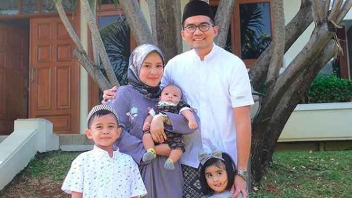 <p>Momen Lebaran jadi kesempatan Intan Nuraini bersama suami dan anak-anak untuk foto formasi lengkap. (Foto: Instagram @intan_nuraini)</p>