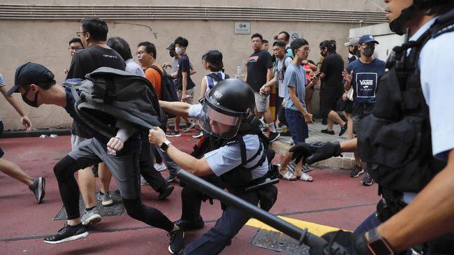 Pria berusia 70 tahun tewas karena kena lemparan batu bata dalam unjuk rasa pro-demokrasi berujung rusuh di Hong Kong.