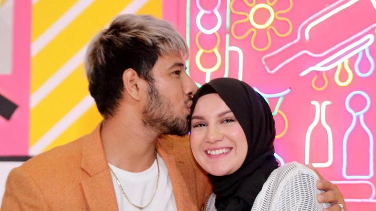Irish Bella memberi kabar bahagia kepada sang suami, Ammar Zoni. Lewat sebuah permainan yang mereka lakukan, Ibel menyampaikan kabar bahagia ini kepada Ammar.