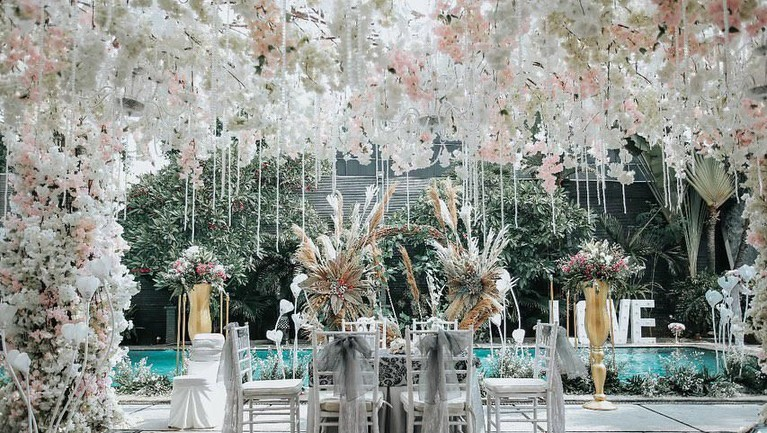 Pernikahan pasangan ini digelar di kawasan Ampera, Jakarta Selatan pada Minggu (15/9) kemarin. Suasana resepsi didominasi warna putih.