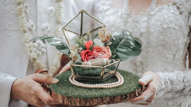 Ichal Muhammad menikahi Dafina Jamasir dengan mas kawin berupa seperangkat alat salat dan cincin berlian.