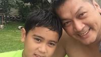<p>Donny sering memanggil putranya dengan sebutan si ganteng. Aih, <em>so sweet</em>! (Foto: Instagram/ @donnykesumaofficial)</p>