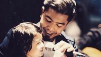 <p>Menghabiskan hari Minggu dengan mengajari Noy bernyanyi. Seru banget ya, Bun! (Foto: Instagram @bams_1606)  </p>