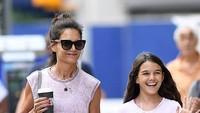 <p>Putri dari Katie Holmes dan Tom Cruise ini tumbuh jadi gadis remaja yang cantik. Wajahnya menawan seperti sang ibu. (Foto: Instagram @suricruise.official)  </p>