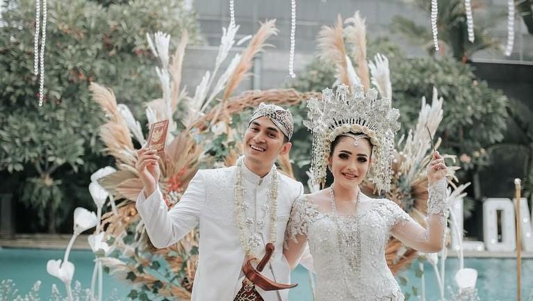 Di momen tak terlupakan itu, Ichal dan Dafina memadukan adat Jawa dan Minang yang merupakan adat dari kedua belah keluarga.