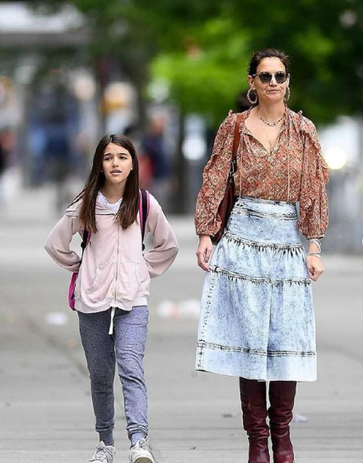 <p>Sebagai anak satu-satunya dari Katie Holmes, wajar ya, Bun, kalau Suri selalu ikut sang ibu kemanapun pergi. (Foto: Instagram @suricruise.official) </p>