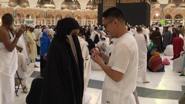 Yakin dengan pilihannya, Mei lalu Ichal pun langsung melamar Dafina. Dengan romantis ia melamar perempuan yang kini sudah menjadi istrinya itu di depan Kakbah, Mekah.