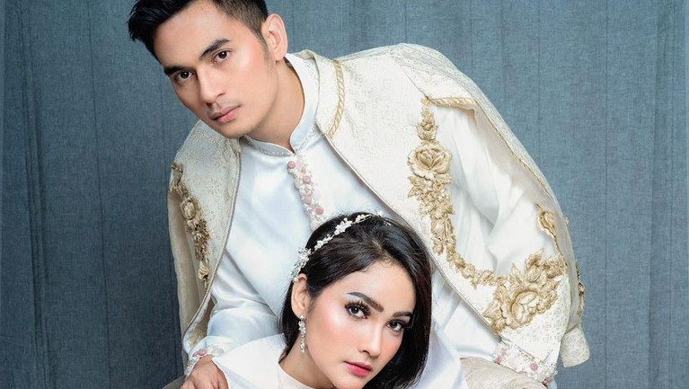 Ichal Muhammad dan Dafina Jamasir telah resmi menjadi suami istri. Pasangan ini melangsungkan pernikahan pada Minggu (15/9) kemarin.