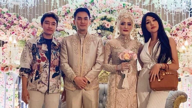 Resepsi pernikahan yang berlangsung pada Minggu malam, Dafina tampil berbeda dengan balutan kebaya cantik dan mengenakan hijab. Rupanya hal itu menjadi salah satu permintaan Ichal pada Dafina.