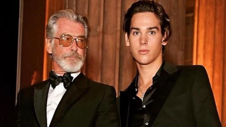 Pierce Brosnan terlihat menghadiri London Fashion Week untuk mendukung sang putra, Paris Brosnan.