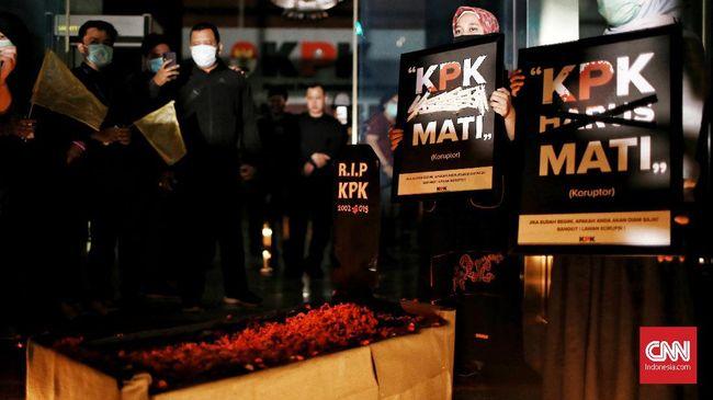 Sejumlah elemen masyarakat menggelar aksi 'Pemakaman KPK' di markas lembaga antirasuah sebagai bentuk protes pengesahan revisi UU KPK jadi undang-undang di DPR,