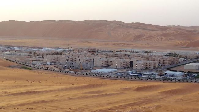 A picture taken on May 10, 2016 shows over Shaybah, the base for Saudi Aramco's Natural Gas Liquids plant and oil production in the surrounding Shaybah field in Saudi Arabia's remote Empty quarter desert close to the United Arab Emirates, on May 10, 2016. - Despite collapsed global oil prices, production is expanding at Shaybah, as it is in other units of the company at the centre of the kingdom's Vision 2030 drive for diversification away from oil. The Saudi government plans to sell less than five percent of the company in what officials say will be the world's largest-ever share offering, while transforming Saudi Aramco into