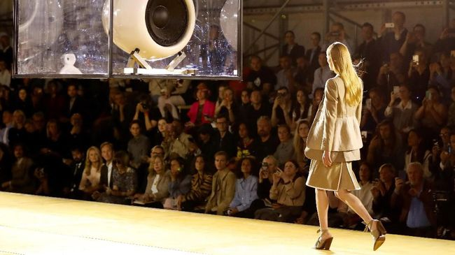 Virus corona membuat China tak bakal bergabung dalam ajang mode dunia seperti London Fashion Week dan Milan Fashion Week.