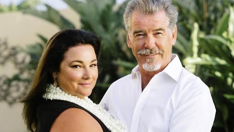 Pierce Brosnan bersama istri