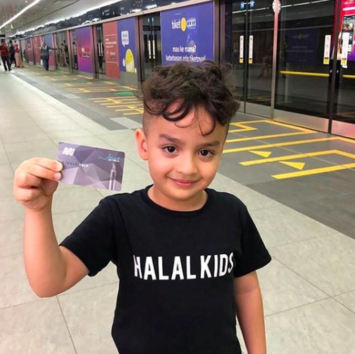<p>Ayo, siapa Bunda yang mau ikut Fahri naik MRT? (Foto: Instagram/ @ferdyhasan) </p>