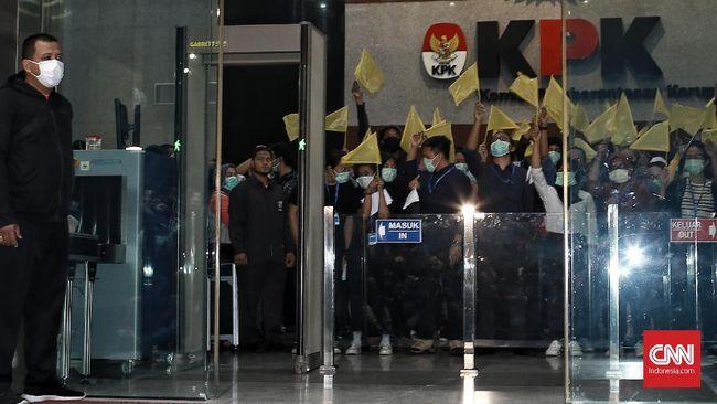 Peneliti kebijakan publik, Khoirul Umam menilai apa yang diutarakan Jokowi saat kampanye Pilpres 2019 bertolak belakang dengan hasil revisi UU KPK.