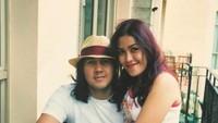 <p>Merayakan ultah pernikahan yang ke-18 tahun lalu dengan mengunggah foto masa muda. (Foto: Instagram @davidbayudj)  </p>