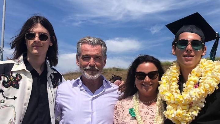 <p>Dari pernikahan dengan Keely, Pierce dikaruniai dua anak laki-laki, yakni Paris Brosnan dan Dylan Brosnan. (Foto: Instagram @piercebrosnanofficial)</p>