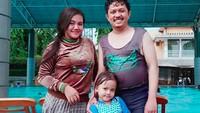 <p>Di sela-sela kesibukannya syuting sinetron, Andri menyempatkan diri untuk waktu keluarga. Salah satunya berenang bersama si sulung, Bila. (Foto: Instagram @santimindah)</p>