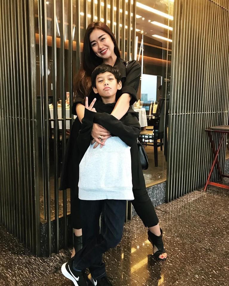 Sejak resmi bercerai dengan Iwa K, Selfi Nafilah diketahui membesarkan buah hatinya, Mikala Saka seorang diri hingga keduanya sangat akrab sebagai ibu dan anak.