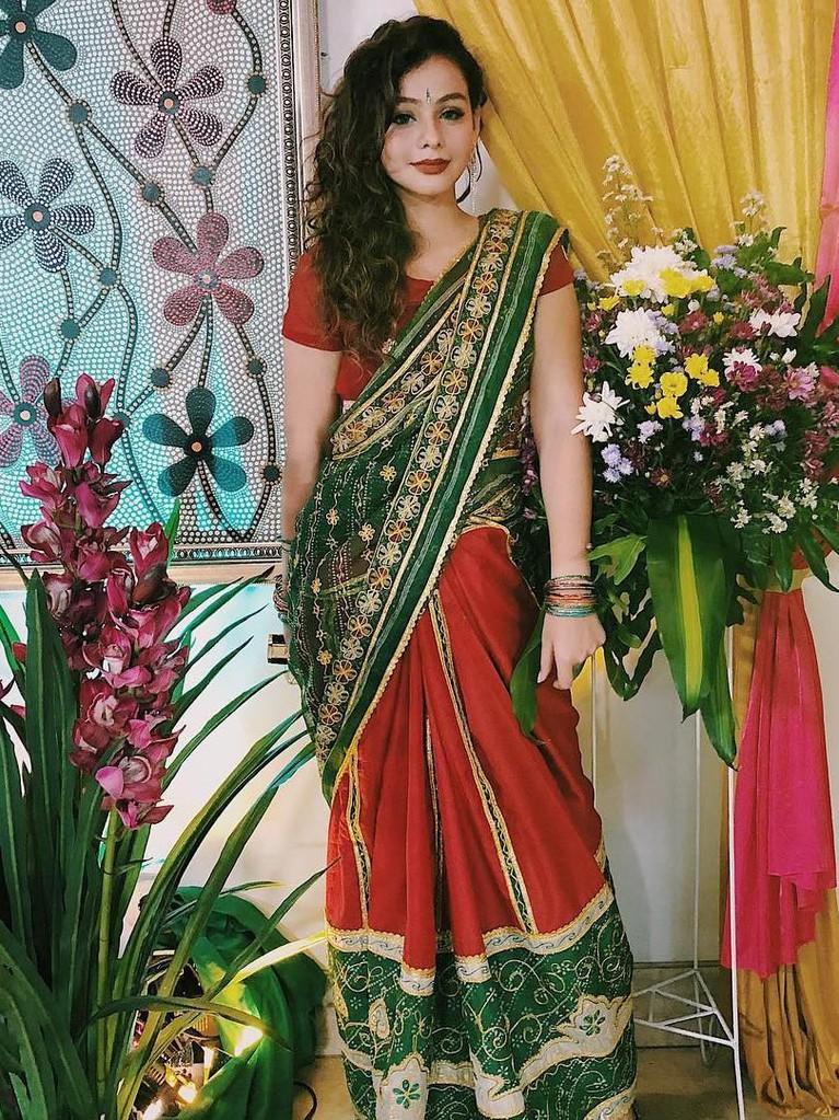 Penampilan perempuan 27 tahun ini mengenakan pakaian adat asal India dengan riasan bold ketika syuting.