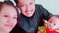 <p>Wefie bersama istri dan si kecil Zia. Menggemaskan banget ya Zia? (Foto: Instagram @santimindah)</p>